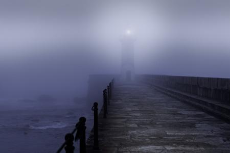 Mündung Leuchtturm und Granit-Pier in einer nebligen Nacht