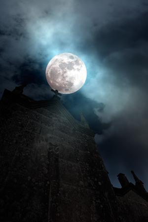 moody sky: Foggy luna piena sopra vecchio cimitero