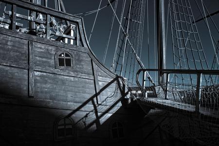 caravelle: Caravel réplique à partir du moment de découvertes amarrés dans une embouchure de la rivière Pier Ave, Vila do Conde, nord du Portugal. Infrarouge tonique bleu.