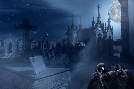 cuervo: Imagen surrealista con el cementerio viejo, cuervos europeos y otros elementos relacionados con Halloween