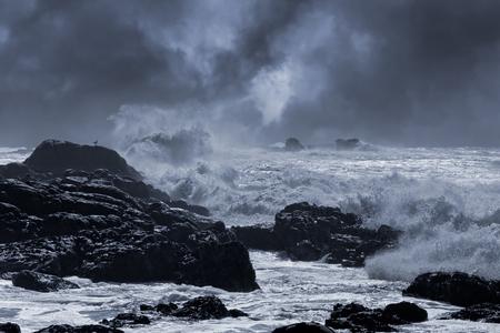 tormenta: Típica tormenta del mar de la costa norte portugués. Ligeramente mejorada cielo. En tonos azul.
