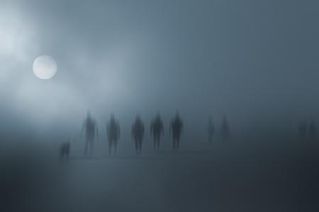 Tajemnicze niewyraźne ludzi chodzących we mgle