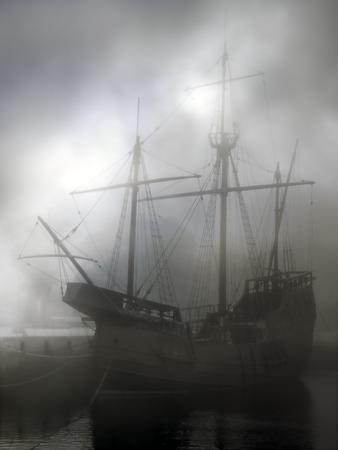 caravelle: Réplique de vieilles découvertes Caravel au milieu du brouillard. Filtres numériques utilisés.