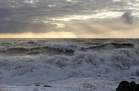 mare agitato: Mare agitato con grandi onde al tramonto