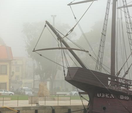 caravelle: Vila do Conde; Portugal 25 Septembre; 2015: Réplique de caravelle à partir du moment de découvertes, amarré à l'embouchure de la rivière Ave, Vila do Conde, un ancien lieu de construction de bateaux en bois.