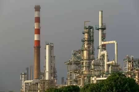 industria quimica: Parte de una gran refiner�a de petr�leo y central el�ctrica Foto de archivo