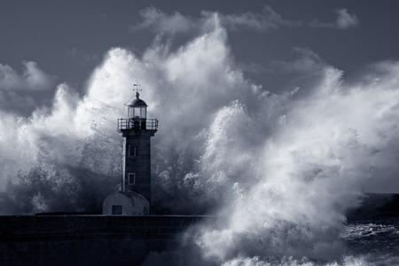 Große Ozean stürmischen Wellen über alte Leuchtturm von Douro Mund Granit Pier. Gebrauchte Infrarot-Filter. Niedrige Ausgabe Foto. Blau getönten.