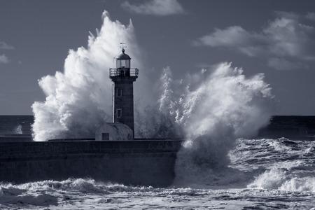 古い灯台とドウロ川口の桟橋の上の嵐大波。赤外線フィルターを使用します。トーン ブルー