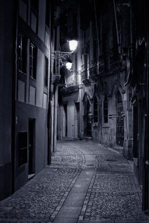 Old alley de Porto par nuit. Haute photo ISO.