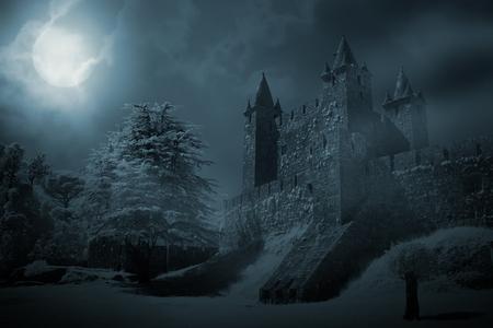 Tajemniczy średniowieczny zamek w noc pełni księżyca