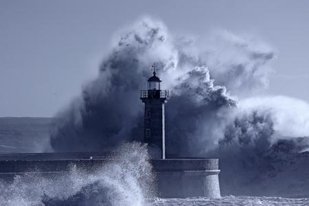 위대한 폭풍우 파도의 중간에 오래 된 등 대. Douro 강 입입니다. 사용 된 적외선 필터. 파란색 톤.