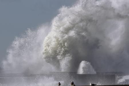 Huge splash from an Atlantic sea wave breaking over pier. 版權商用圖片 - 101173430