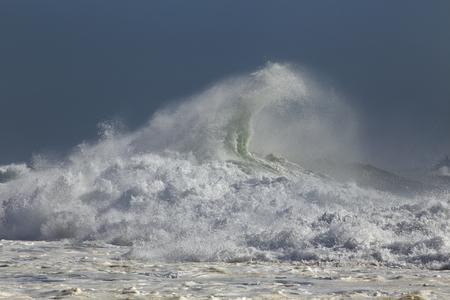 Spruzzata dell'onda tempestosa. Costa portoghese settentrionale. Archivio Fotografico