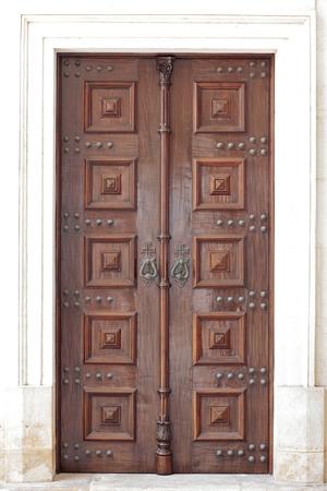 Puerta de madera vieja iglesia católica.