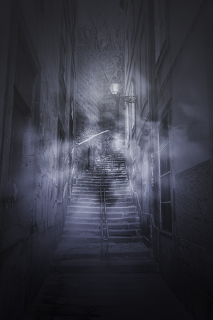 Enge mistige trappen van een Europees oud steegje 's nachts?
