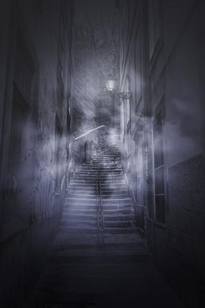 Escaleras de niebla de miedo desde un antiguo callejón europeo en la noche