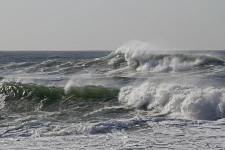 Vague de mer ensoleillée avec embruns. Côte nord du Portugal.