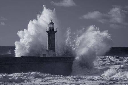 Stürmische Seelandschaft. Alter Leuchtturm der Flussmündung des Douro, Porto, Portugal. Gebrauchter Infrarotfilter. Blau getönt.