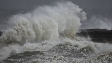Big stormy waves splash. Pier from northern portuguese coast. Banque d'images