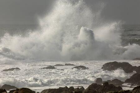 Spruzzi d'onda in una spiaggia rocciosa dal nord del Portogallo. Archivio Fotografico