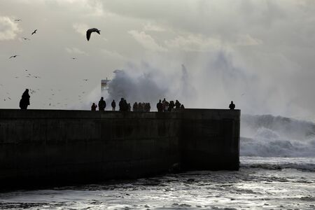 Silhouette of people seeing the sea storm at the Douro river mouth. 版權商用圖片