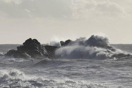 Mer agitée dans une soirée ensoleillée. Côte rocheuse du nord du Portugal. Paysage marin rétro-éclairé doux. Banque d'images