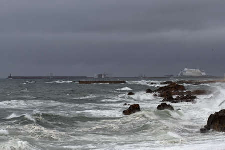 Leixoes harbor south wall in a stormy evening, north of Portugal. Stockfoto