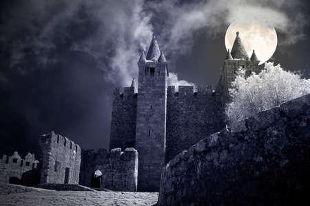 Mysterious castle in a crrepy full moon night. Imagens