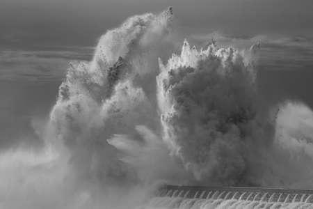 Huge wave splash. Douro river mouth north pier, Porto, Portugal Archivio Fotografico