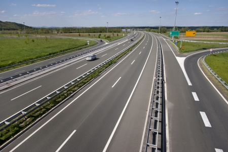 Afrit van de snelweg in de buurt van de stad Varazdin in Kroatië