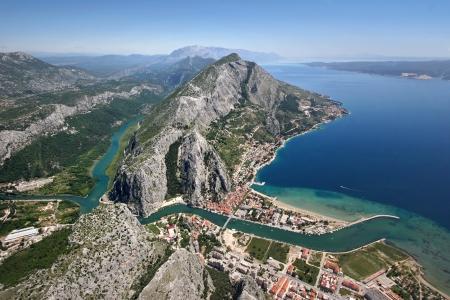 Vista aérea - ciudad Omis en Croacia entre el mar Adriático, a la montaña Omiska Dinara y el río Cetina Foto de archivo - 20057325