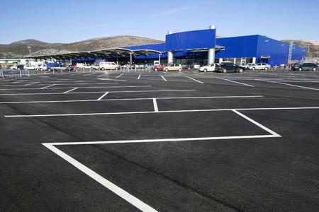 superficie: Estacionamiento en el centro comercial Editorial