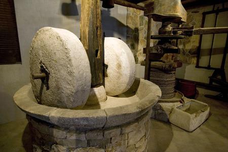 Machines anciennes de production d'huile d'olive, moulin à pierre et presse mécanique Banque d'images