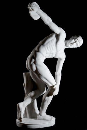 lanzamiento de disco: Cl�sica estatua de m�rmol blanco desnudo discusi�n lanzador aisladas sobre fondo negro Foto de archivo