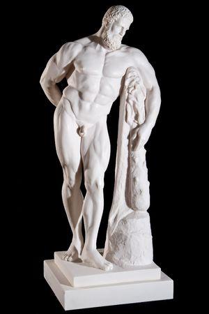 黒の背景に分離された古典的な白い大理石ヘラクレス像
