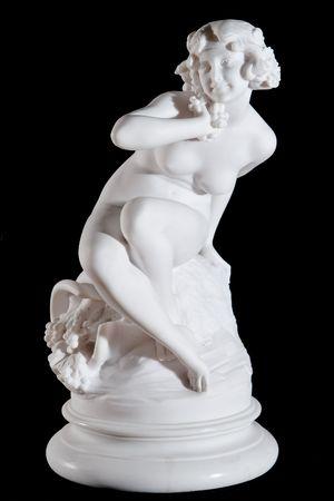 黒の背景に分離されたデメテルの古典的な白い大理石像