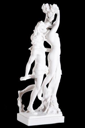 古典的な白い大理石像アポロとダフネ (ベルニーニ) 黒の背景上に分離されて