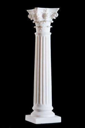 黒の背景に分離された古典的な白大理石の柱