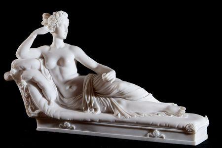 黒の背景上に分離されて女性の古典的な白い大理石像 写真素材
