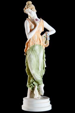 黒の背景上に分離されて女性の古典的な塗られた大理石の像