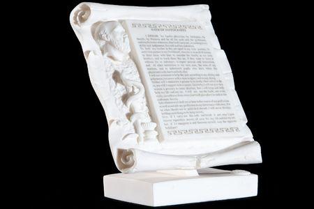 白い大理石の古典的な黒の背景で隔離のヒポクラテスの誓い
