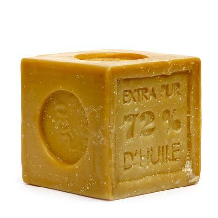 自然な手のキューブは、白い背景で隔離された石鹸を作る 写真素材