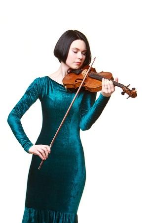 Mädchen im grünen Kleid mit Geige isoliert auf weiß Standard-Bild