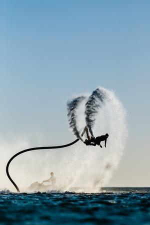 Silhouette einer Fliegenbrett-Fahrer auf dem Meer