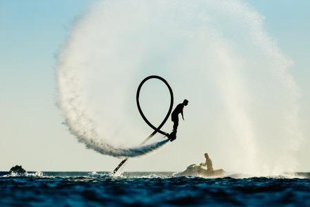 tabule: Silueta létat desky jezdce na moři Reklamní fotografie