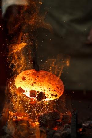 Hot Metallwerkstück zur Herstellung von plattierten Stahl auf dem Amboss Fälschungs Standard-Bild