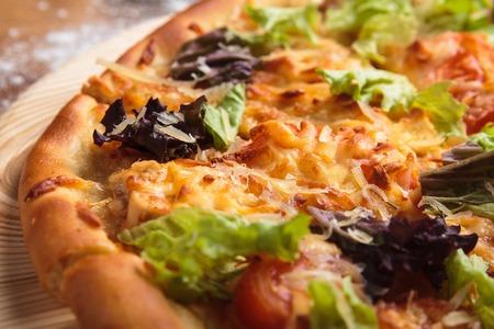 Concept: menus de restaurant, une alimentation saine, maison, gourmands, gloutonnerie Caesar pizza sur fond de bois désordre Banque d'images