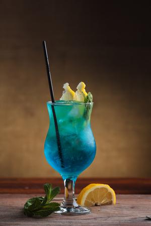 コンセプト: レストラン メニュー、健康的な食事、自家製、美食家、大食。砂のようなビンテージ背景に青いラグーン カクテル