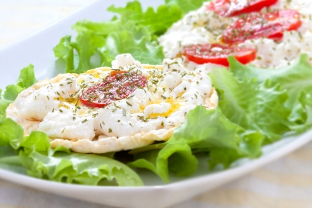 Corn cakes with cottage cheese and salad tomatoes - right view Archivio Fotografico