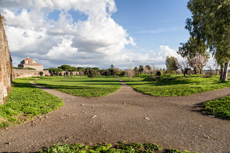 Green footpath in the park of Aqueducts - Rome (Italy) Imagens